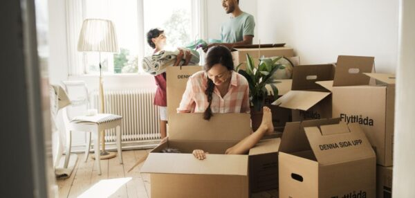 pere uues kodus asju lahti pakkimas