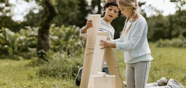 lapsed mängivad klotsidega