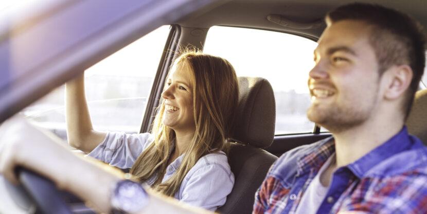 noorpaar autoga sõitmas