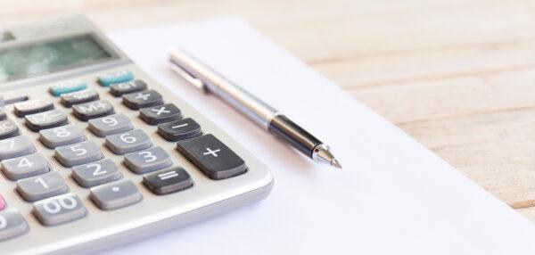 Kalkulaator ja valge paberileht laual