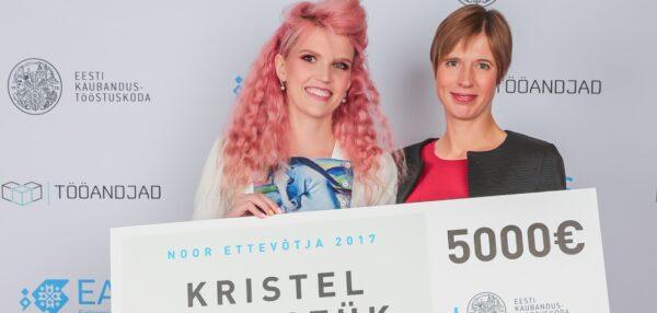 noore ettevõtja preemia Kristel Kruustük, president Kersti Kaljulaid