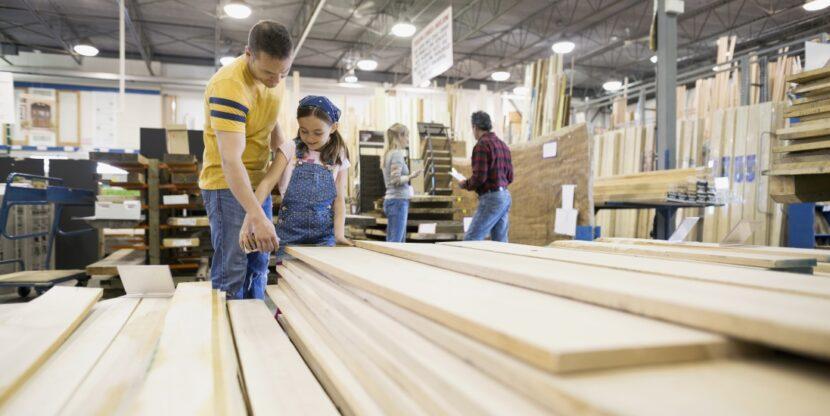 Harjumaa, puidutööstus, SKP. Isa ja laps uurivad puidutsehhis laudu.
