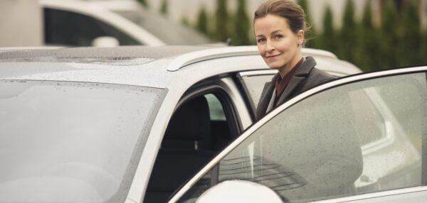 Balti autode liisingu võrdlus, naine istub autosse