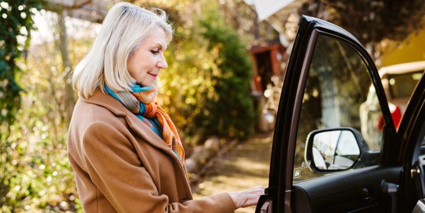 naine avamas auto ust
