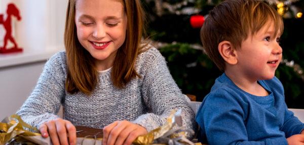 lapsed pakkimas jõulukingitusi